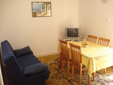 Banići, Dining room in the apartment, dostupna klima i WIFI.
