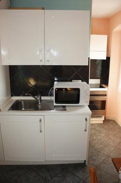 Makarska, Kitchen in the studio-apartment.