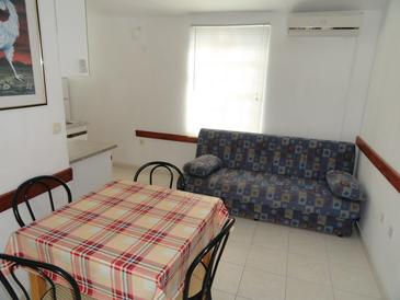 Okrug Gornji, Dining room in the apartment, air condition available, (pet friendly) and WiFi.