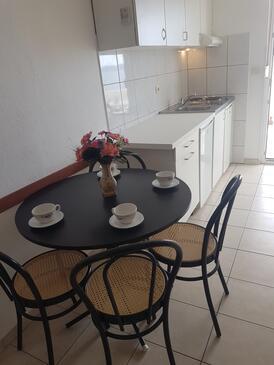 Bušinci, Dining room in the apartment, dostupna klima, dopusteni kucni ljubimci i WIFI.