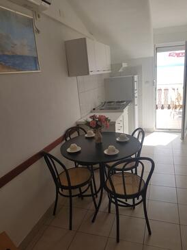 Bušinci, Comedor in the apartment, air condition available, (pet friendly) y WiFi.