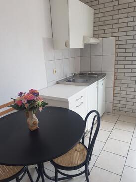 Bušinci, Jídelna v ubytování typu studio-apartment, s klimatizací, domácí mazlíčci povoleni a WiFi.