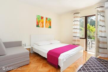 Arbanija, Bedroom in the room, air condition available and WiFi.