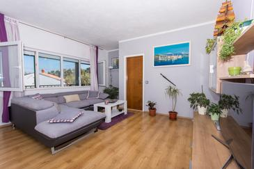 Slatine, Living room in the apartment, air condition available, (pet friendly) and WiFi.