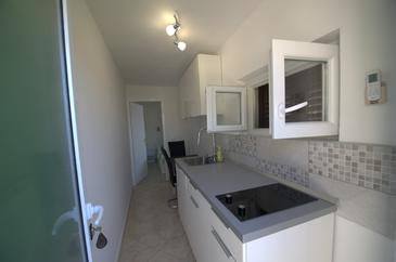 Lumbarda, Kitchen in the studio-apartment, air condition available, (pet friendly) and WiFi.
