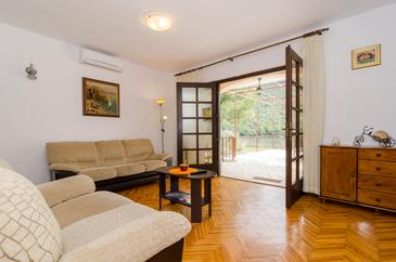 Broce, Living room in the apartment, air condition available, (pet friendly) and WiFi.