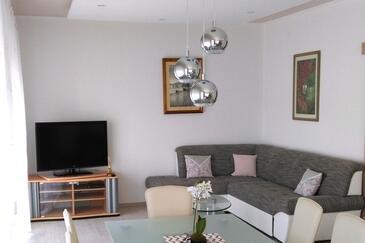 Tisno, Obývací pokoj v ubytování typu apartment, domácí mazlíčci povoleni a WiFi.