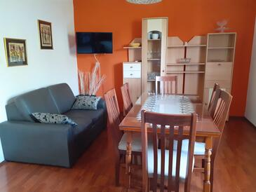 Arbanija, Dining room in the apartment, air condition available, (pet friendly) and WiFi.