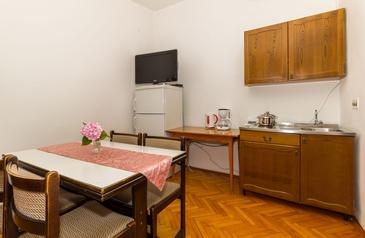 Biograd na Moru, Kitchen in the apartment, air condition available and WiFi.