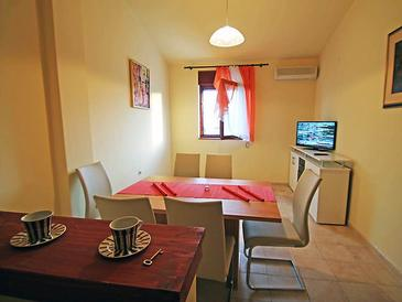 Banjol, Jídelna v ubytování typu apartment, s klimatizací, domácí mazlíčci povoleni a WiFi.