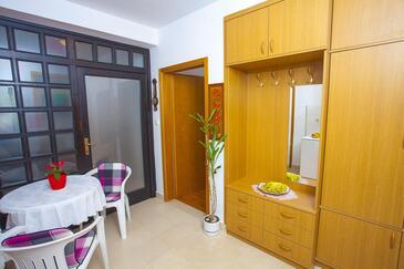 Makarska, Dining room in the studio-apartment, dostupna klima i WIFI.