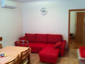 Valbandon, Living room in the apartment, air condition available, (pet friendly) and WiFi.