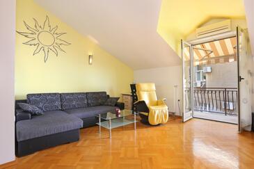 Dugi Rat, Obývací pokoj v ubytování typu apartment, klimatizácia k dispozícii a WiFi.