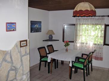 Milna, Dining room in the apartment, air condition available, (pet friendly) and WiFi.