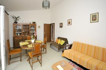 Dugi Rat, Living room in the apartment, air condition available, (pet friendly) and WiFi.