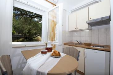 Tučepi, Dining room in the studio-apartment, air condition available and WiFi.