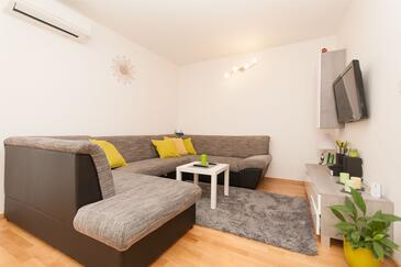 Omiš, Obývacia izba v ubytovacej jednotke apartment, klimatizácia k dispozícii a WiFi.