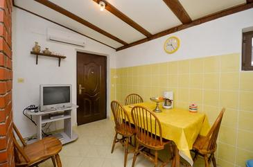 Brela, Dining room in the apartment, air condition available, (pet friendly) and WiFi.