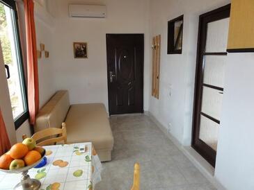 Brela, Jídelna v ubytování typu apartment, s klimatizací, domácí mazlíčci povoleni a WiFi.