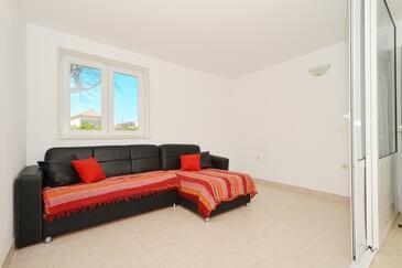 Marina, Salon dans l'hébergement en type apartment, climatisation disponible, animaux acceptés et WiFi.