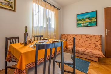 Klenovica, Comedor in the apartment, (pet friendly) y WiFi.