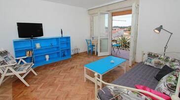 Makarska, Obývacia izba v ubytovacej jednotke apartment.