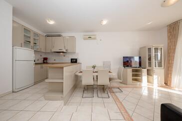 Supetarska Draga - Gornja, Jídelna v ubytování typu apartment, s klimatizací, domácí mazlíčci povoleni a WiFi.
