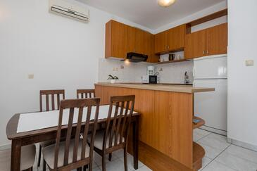 Supetarska Draga - Gornja, Dining room in the apartment, dostupna klima, dopusteni kucni ljubimci i WIFI.