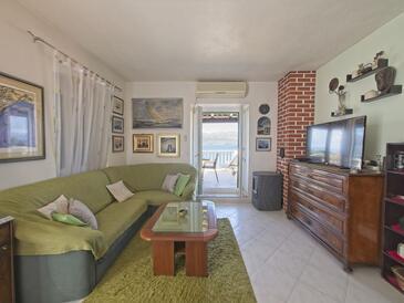 Postira, Dnevni boravak u smještaju tipa apartment, dostupna klima i WiFi.