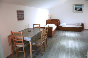 Marina, Jedáleň v ubytovacej jednotke studio-apartment, dostupna klima, dopusteni kucni ljubimci i WIFI.