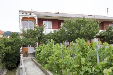 Palit, Rab, Объект 11613 - Апартаменты вблизи моря с галечным пляжем.