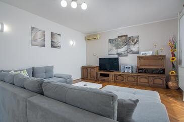 Čepić, Living room in the apartment, air condition available and WiFi.