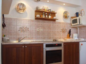 Krk, Kuhinja u smještaju tipa studio-apartment, dostupna klima, kućni ljubimci dozvoljeni i WiFi.