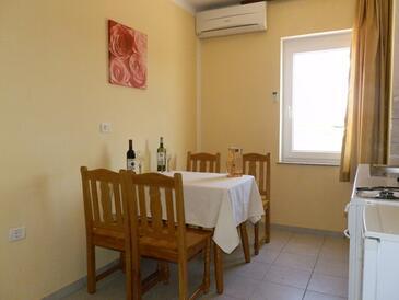 Đuba, Dining room in the apartment, dostupna klima i WIFI.