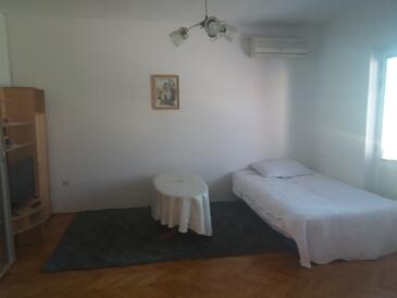 Jelsa, Obývacia izba v ubytovacej jednotke apartment, klimatizácia k dispozícii, domáci miláčikovia povolení a WiFi.