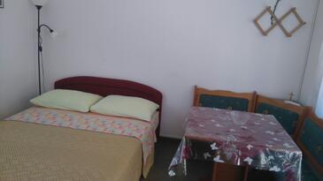 Posedarje, Dining room in the studio-apartment, dostupna klima i WIFI.