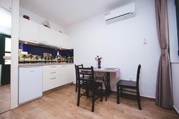 Split, Kitchen in the studio-apartment, dostupna klima i WIFI.