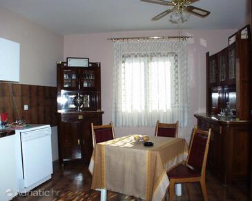 Vis, Jídelna v ubytování typu studio-apartment, s klimatizací a WiFi.