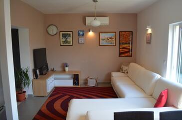 Arbanija, Obývací pokoj v ubytování typu house, s klimatizací a WiFi.