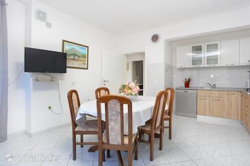 Kanica, Jedáleň v ubytovacej jednotke apartment, klimatizácia k dispozícii a WiFi.