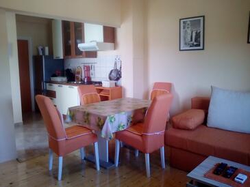 Pirovac, Jídelna v ubytování typu apartment, s klimatizací, domácí mazlíčci povoleni a WiFi.