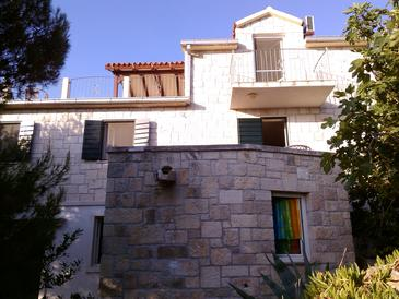 Splitska, Brač, Property 11772 - Apartments with rocky beach.