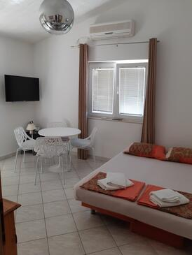 Sumpetar, Dining room in the apartment, air condition available and WiFi.