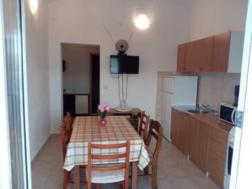 Slatine, Jídelna v ubytování typu apartment, s klimatizací a WiFi.