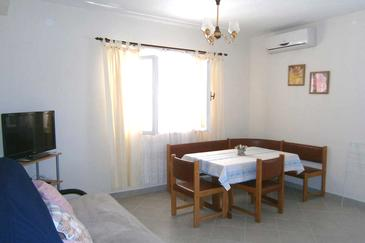 Kanica, Dining room in the apartment, air condition available and WiFi.