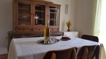 Pirovac, Dining room in the apartment, dostupna klima i WIFI.