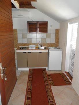 Orebić, Kuchyňa v ubytovacej jednotke studio-apartment, dostupna klima i WIFI.