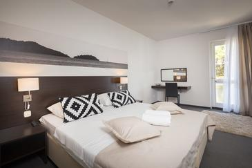 Vodice, Spálňa v ubytovacej jednotke room, dostupna klima i WIFI.