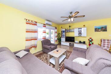 Bušinci, Dnevni boravak u smještaju tipa house, dostupna klima, kućni ljubimci dozvoljeni i WiFi.