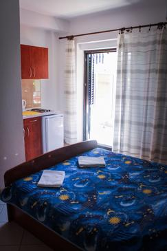 Podgora, Bedroom in the studio-apartment, air condition available and WiFi.